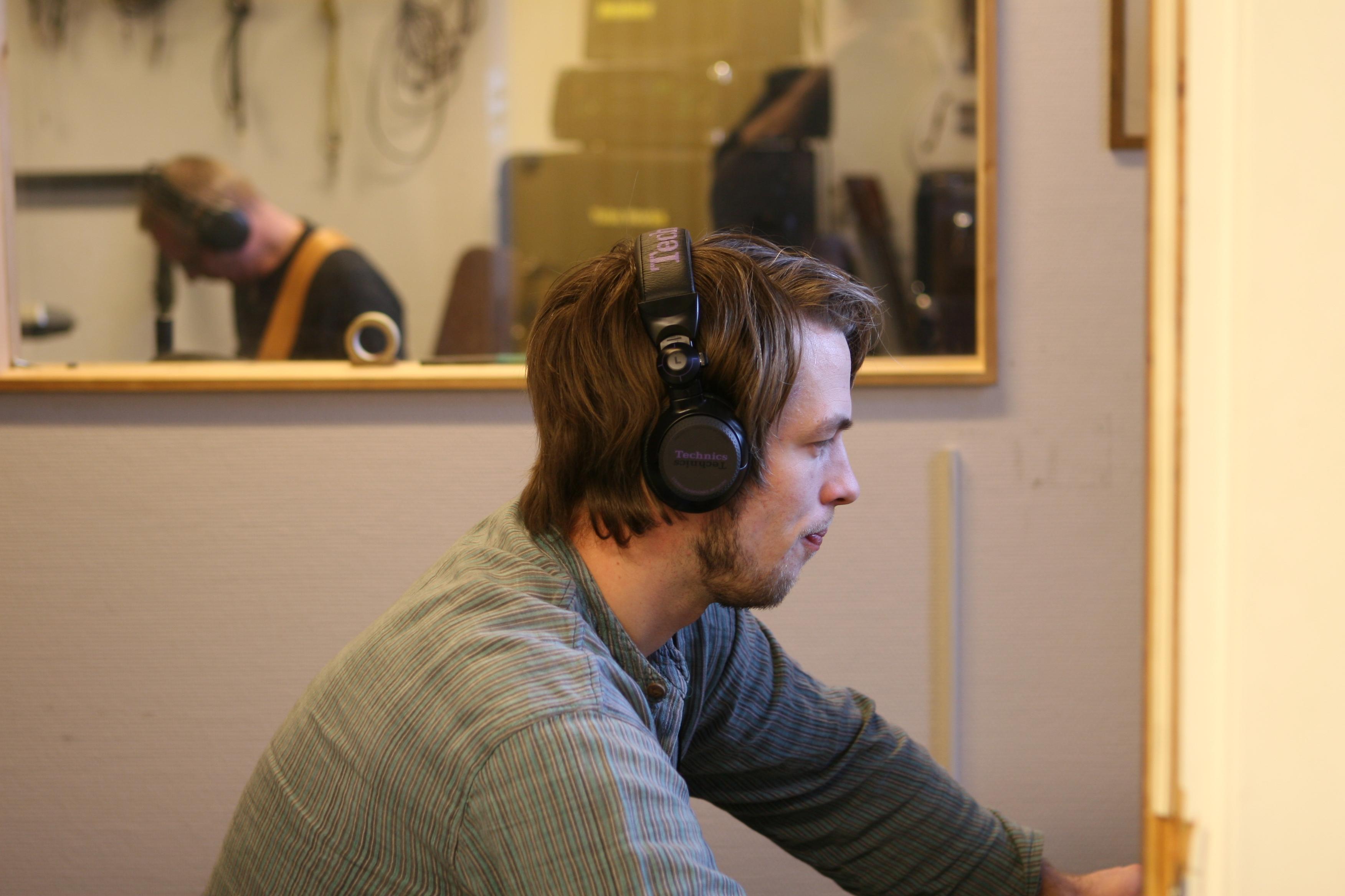 Johan, og Sigmund bak vinduet