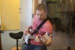 Thomas legger på bass.