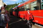 Tore tar imot toget på Sandermosen Stasjon i Nordmarka.